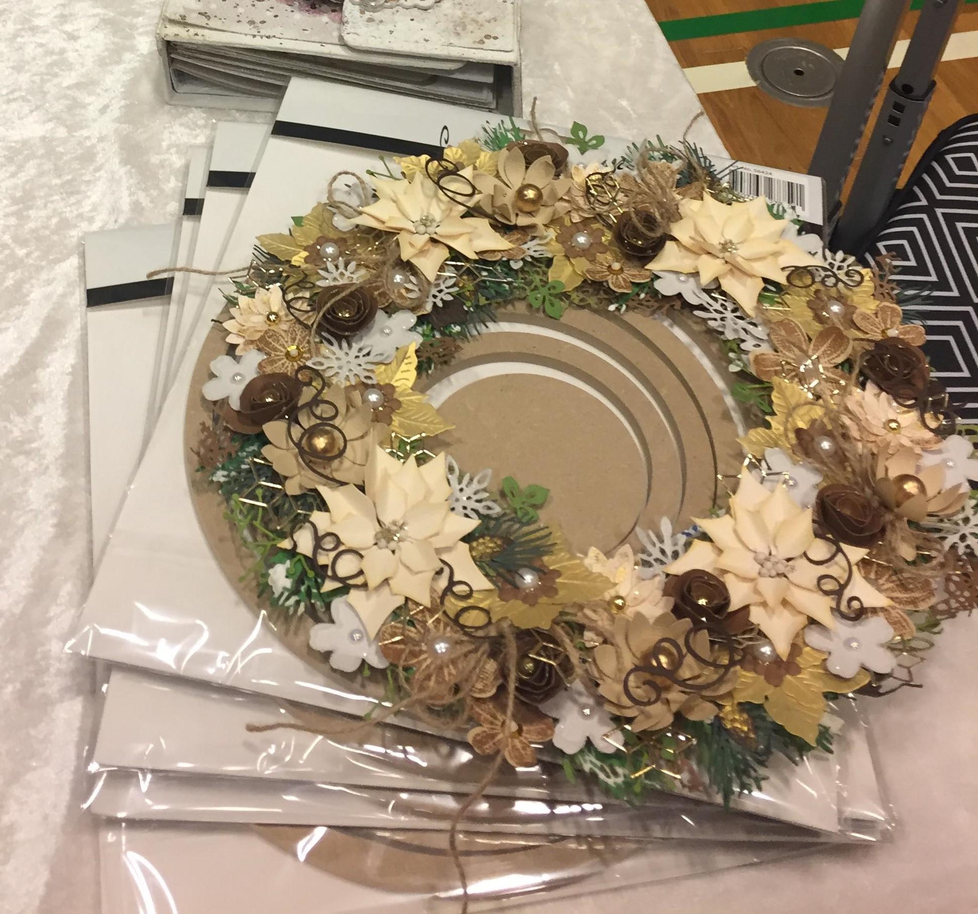 Smukke blomsterkranse og lysestager